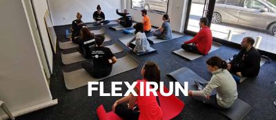 Club de corredores haciendo entrenamiento de pilates en sala de Madrid Rio