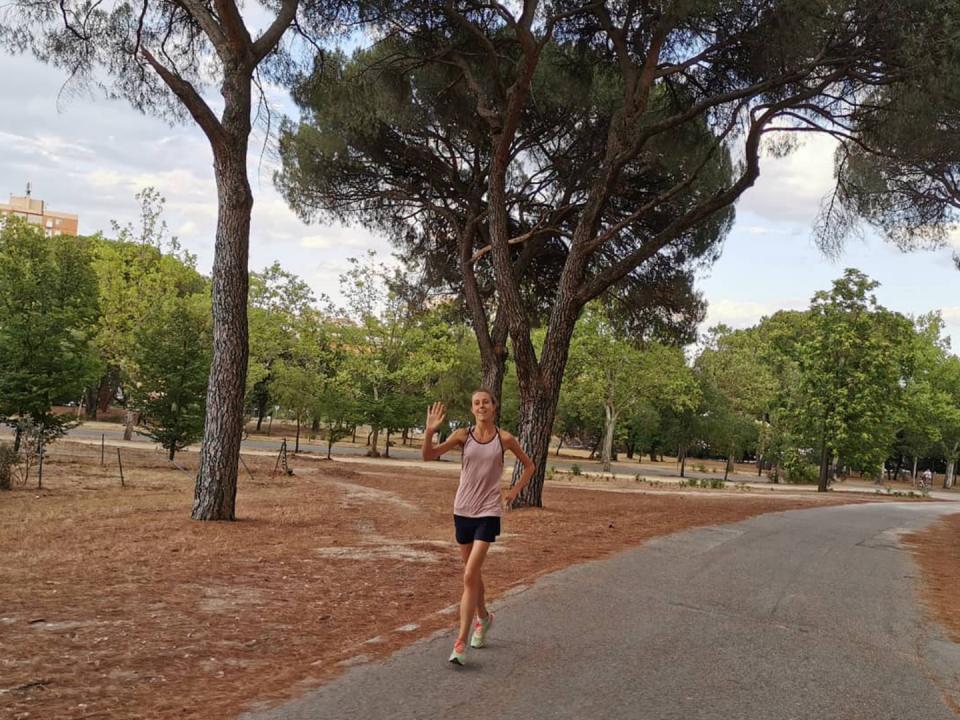 5 consejos para empezar a correr - Mujer corriendo camino del bosque