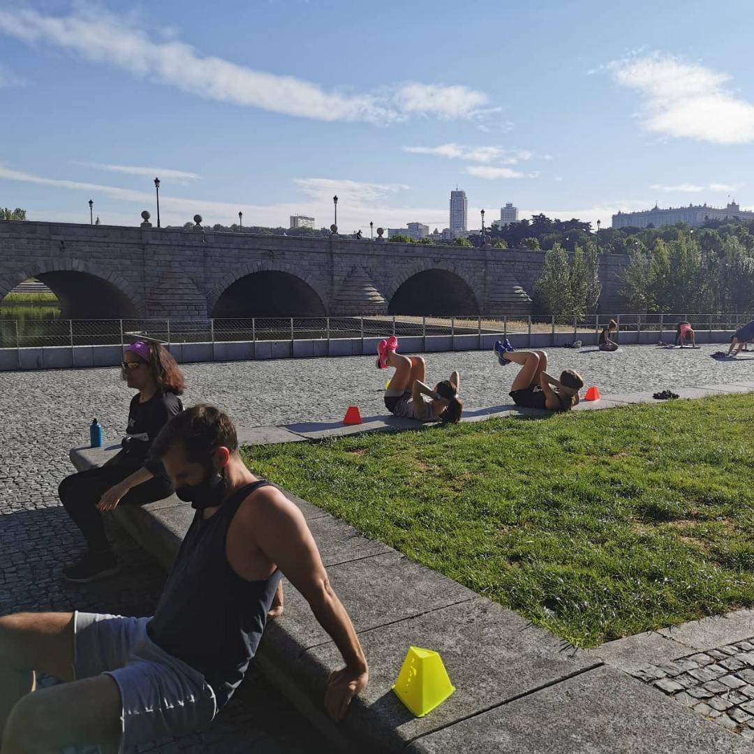 entrenamientos al aire libre en madrid rio - sentadillas flexiones y abdominales - TRC The Run Club